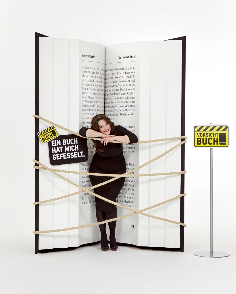 """Deutschlands bekannteste  Sexkolumnistin Paula Lambert lässt sich gern von Büchern """"fesseln"""". Mal nur in Gedanken, mal ganz praktisch – als Unterstützerin von """"Vorsicht Buch!"""", der Kampagne der gesamten deutschen Buchbranche. Im Interview spricht sie über die Sinnlichkeit des Bücherlesens und Männer, die Lesen für reine Zeitverschwendung halten. Foto: Jan von Holleben"""