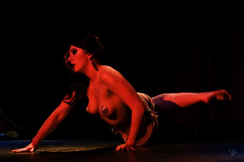 Performer auf der Bühne bei der 2011 Vancouver International Burlesque Festival